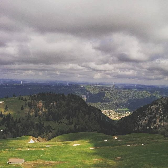 Too much wind for a safe start on the Chasseral. We took it to Corgémont for a nice flight. Way too cold though!